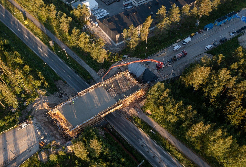 Kahdelta betoniasemalta valmisbetonia siltatyömaalle